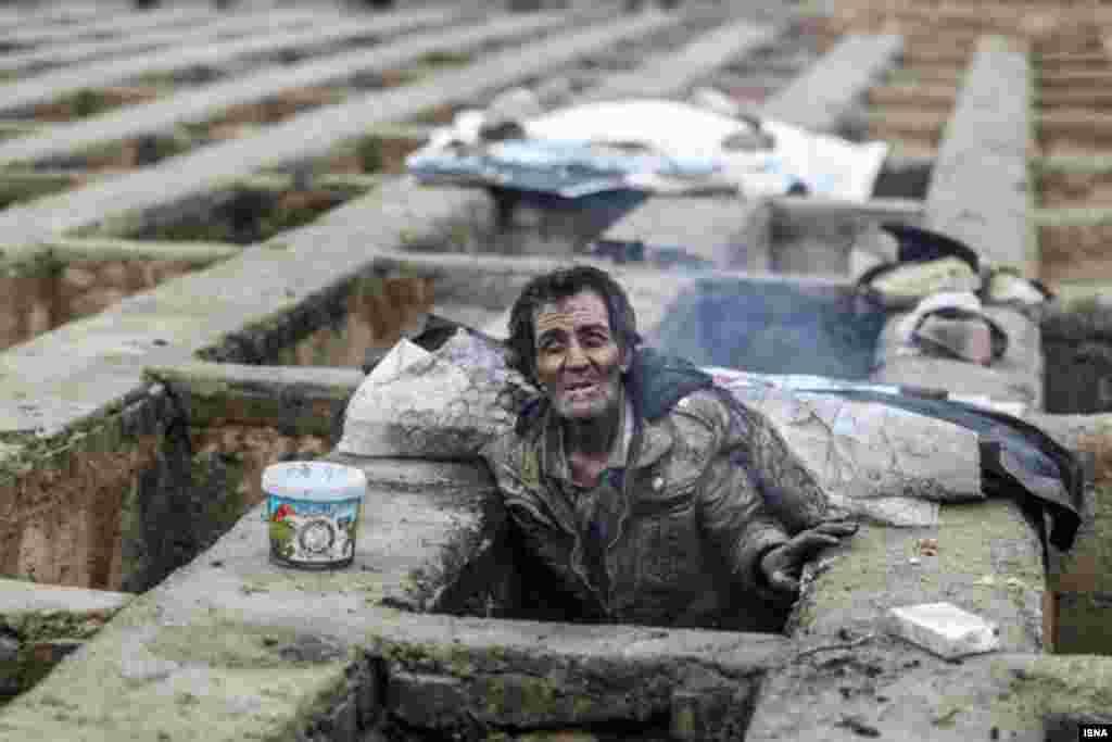 زندگی بیخانمانها در قبرستان یا گورخواب ها در حالی مورد توجه واقع شده که برخی می گویند آنها افراد معتاد و بی خانمان هستند. آیا بی خانمان ها و معتادها نباید سرپناه مناسبی داشته باشند؟