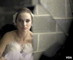 Natalie Portman saat tampil sebagai White Swan.