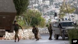 Binh sĩ Israel tiến hành cuộc tìm kiếm 3 thiếu niên Israel tại làng Kabatyeh ở Bờ Tây, ngày 22/6/2014.