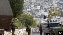 سربازان اسرائیلی در حال موضع گیری در یک روستای فلسطینی برای یافتن سه نوجوان گمشده اسرائیلی - قَبَطیه، اول تیر