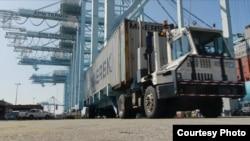 裝運集裝箱的大卡車(禮貌CSULB)