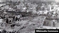 Một góc thành phố Huế bị tàn phá trơ trụi. Ảnh chụp từ máy bay Mỹ.
