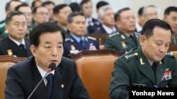 한민구 한국 국방장관이 8일 국회 국방위원회에서 진행된 국정감사에서 질의에 답하고 있다. 오른쪽은 이순진 합참의장.