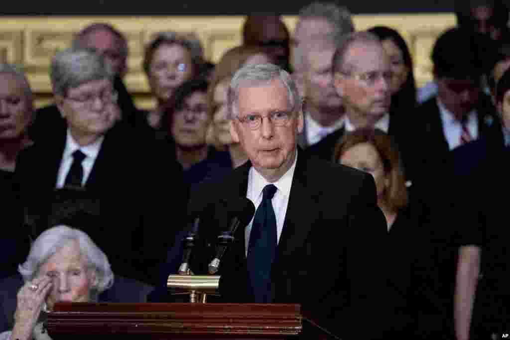 Kiongozi wa walio wengi katika Baraza la Seneti Mitch McConnel wa Kentucky akiongea wakati wa sherehe za kumuenzi Seneta John McCain akiwa ndani ya jengo la Bunge la Marekani Agosti 31, 2018, mjini Washington.