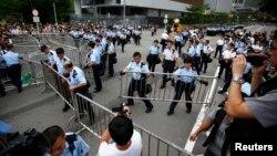 Cảnh sát thiết lập các hàng rào chặn lối vào Văn phòng của Hành chánh Trưởng quan Hồng Kông, ngày 2/10/2014.