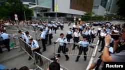 La Policía instala barreras metálicas cerca de la entrada al edificio del jefe ejecutivo de Hong Kong, tras las amenazas de los manifestantes de ocupar el lugar.