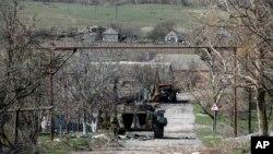 Một chiến xa của phiến quân thân Nga bị hư nằm ở địa điểm giữa quân đội Ukraine và phe phiến quân thân Nga, ở miền đông Ukraine