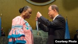 U.N. Secretary-General Ban Ki-moon presents the Captain Mbaye Diagne Medal for Exceptional Courage to Yacin Mar Diop, widow of Senegalese Captain Mbaye Diagne. (Eskinder Debebe/United Nations)
