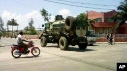 Blindado da Força de Intervenção Rápida circulando nas ruas da cidade de Quelimane.