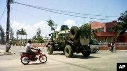 Blindado da Força de Intervenção Rápida circulando nas ruas da cidade de Quelimane, em vésperas das eleições.