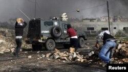 Palestinos lanzan piedras a la policía israelí durante protestas contra el asentamiento judío de Kdumim, en Cisjordania.