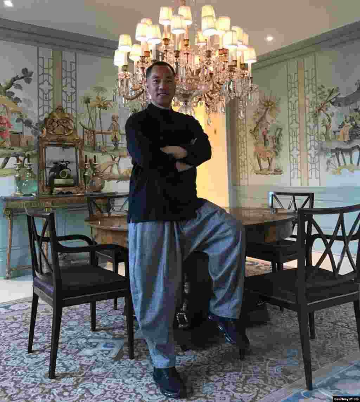 郭文贵在纽约的家里(郭文贵推特图片)。 郭文贵5月22日在每日视频中反驳潘石屹的说法,还表示希望潘石屹到美国与他打官司。
