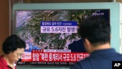 3일 오후 서울 용산구 서울역 대합실에서 시민들이 북한의 제6차 핵실험 관련 뉴스를 시청하고 있다.