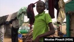 Abubakar Abuba, 12 ans, a quitté l'Etat de Borno à cause de Boko Haram. Il vit dans le camp de déplacés de New Kuchogoro, à Abuja. 7 mars 2016. (VOA/Nicolas Pinault)