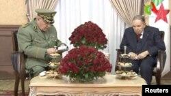 Le général Ahmed Gaïd Salah, à gauche, en compagnie d'Abdelaziz Bouteflika, alors président de l'Algérie, Alger, le 11 mars 2019.