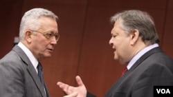 Menteri Keuangan Italia, Giulio Tremonti (kiri) berbincang dengan Menkeu Yunani, Evangelos Venizelos di sela pertemuan para Menkeu negara zona Euro di Brussels (11/7).