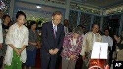Ban Ki-Moon (kiri tengah) dan isterinya (tengah kanan) setelah meletakkan bunga di depan makam mantan Sekjen PBB U Thant, Senin (29/4).