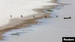 Para nelayan menjaring ikan di sungai Indus di Hyderabad, Pakistan (foto: ilustrasi).