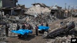 Мешканці Мосула перевозять тіла жертв, які загинули в боях за місто