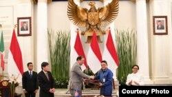 Menteri Luar Negeri Retno Marsudi bersama Sekretaris-Jenderal ASEAN Lim Jock Hoi, Jumat (20/12) di Jakarta menyaksikan penandatanganan Perjanjian Pemberian Bantuan Hibah kepada Myanmar yang disalurkan melalui Sekretariat ASEAN. (Foto Courtesy: Humas Kemenlu).