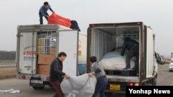 11일 한국 측 직원들이 개성공단에서 가져온 화물을 임진각 입구에서 하적해 다른 트럭으로 옮기고 있다.