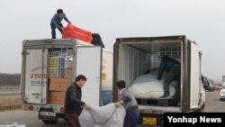 南韓工人趕緊在限期前把物品載上貨車離開開城