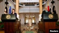 Yevropa Ittifoqining tashqi aloqalarga mas'ul rasmiysi Ketrin Eshton Qohirada Misr muvaqqat hukumati vitse-prezidenti Muhammad Al-Barodi bilan matbuot anjumanida ishtirok etmoqda, Qohira, 30-iyul, 2013-yil