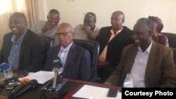 Pasiteri Ezra Mpyisi (hagati) mu kiganiro n'abanyamakuru