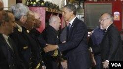 El presidente Barack Obama y el ex alcalde Rudy Giuliani, saludan a los miembros del escuadrón de bomberos Engine 54 en Nueva York.