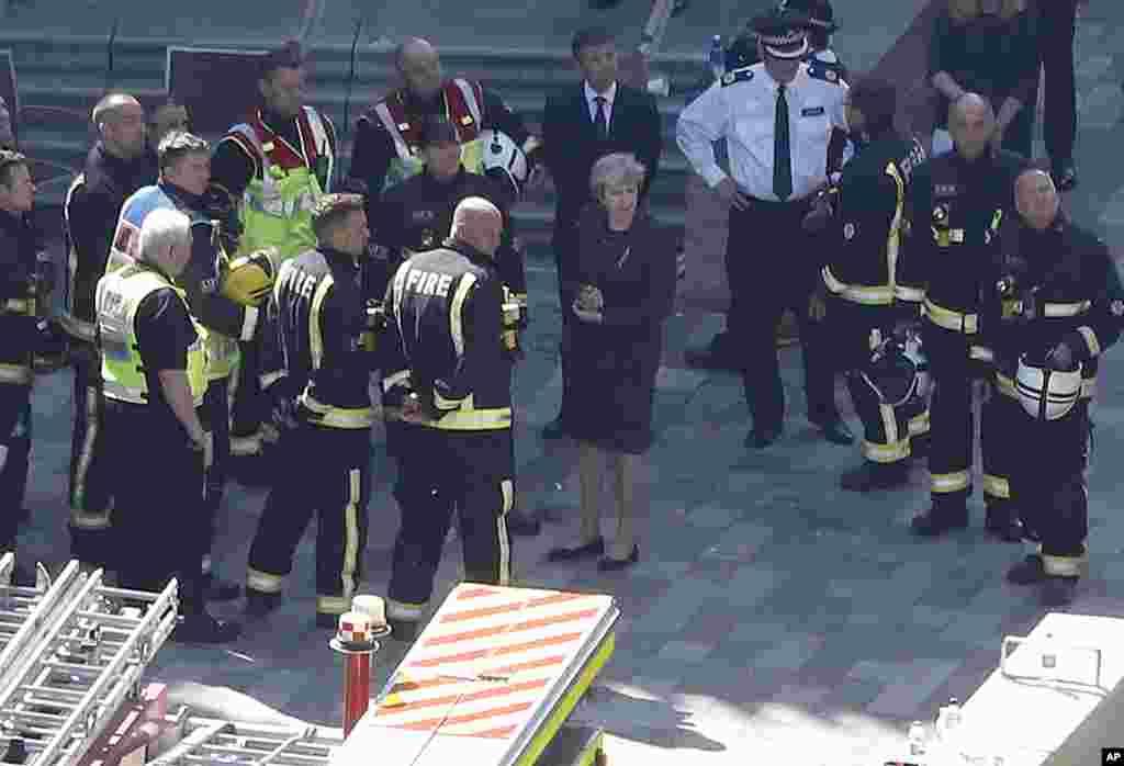 دیدار ترزا می، نخست وزیر بریتانیا از برج مسکونی در لندن که در اثر آتش سوزی مرگبار از بین رفته است.
