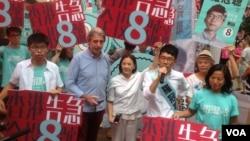 香港眾志主席、前學聯秘書長羅冠聰投票當天晚仍在銅鑼灣拉票(美國之音海彥拍攝)