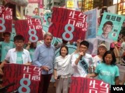 在竞选期间,香港众志团体主席、前学联秘书长罗冠聪在投票当天晚上仍在铜锣湾拉票(美国之音海彦拍摄)。他可能失去议员席位
