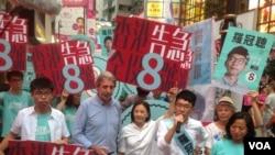 香港众志主席、前学联秘书长罗冠聪投票当天晚仍在铜锣湾拉票(美国之音海彦拍摄)