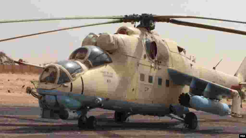 Un hélicoptère de combat de l'armée tchadienne à l'aéroport de Diffa