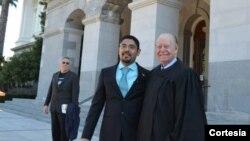 Sergio Garcia en su ceremonia de juramentacion junto a un juez de California.