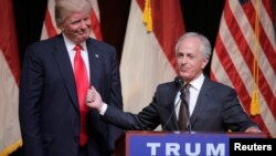 Republican U.S. presidential candidate Donald Trump listens as Senator Bob Corker speaks at a campaign rally in Raleigh, North Carolina, July 5, 2016. On Wednesday, Corker withdrew his name from consideration as Trump's possible pick for vice president.