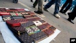 """Hàng hiệu """"nhái"""" bán trên đường phố ở Bắc Kinh."""