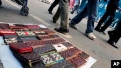 北京地坛上摆放的仿冒的路易威登和Coach手包(2007年10月)