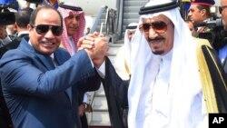 2016年4月11日埃及总统阿卜杜勒-法塔赫·塞西(左)与沙特国王萨尔曼握手