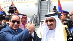 Le président egyptien Abdel-Fattah el-Sissi, à gauche, serre la main du roi de l'Arabie Saoudite Salman, au Caire, le 11 avril 2016.