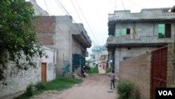 جہلم: خرم بٹ کے آبائی گھر کے سامنے والی گلی