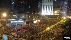 數以萬計學生和市民重返金鐘抗議政府擱置對話(美國之音海彥拍攝)