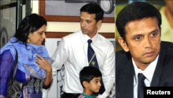 راہول ڈیوڈ کی دو تصاویر، ایک میں ان کی اہلیہ اور بیٹا بھی نظر آرہے ہیں