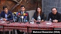 Selahattin Demirtas (kedua dari kiri) dan para tokoh pro-Kurdi di Turki (foto: dok).