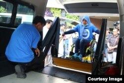 Warga dengan disabilitas dinaikkan ke mobil dengan tenaga hydraulik (foto: courtesy).