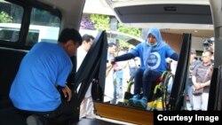 Peserta disabilitas dinaikkan ke mobil dengan tenaga hydraulik (foto: courtesy).