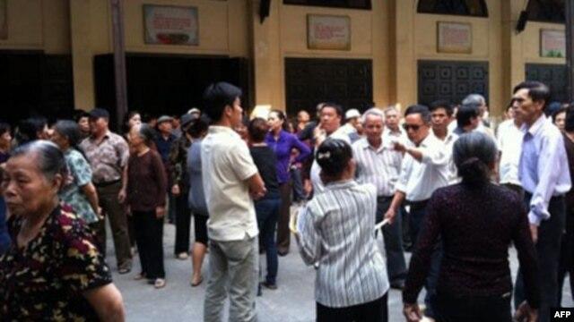 Đám đông kéo vào gây sự với nhà thờ Thái Hà ngày 3/11/2011