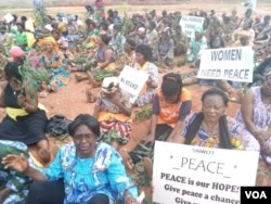 FILE - Women sit during a protest demanding an end to violence between government forces and armed separatists, in Bamenda, Cameroon, Sept. 7, 2018. (M.E. Kindzeka for VOA)