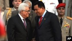 Palestinian President Mahmud Abbas (L) speaks with Venezuelan President Hugo Chavez (R) at Miraflores presidential palace in Caracas, 27 Nov 2009
