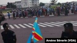 Des ressortissants de la RDC venus accueillir Félix Tshisekedi à l'aéroport de Brazzaville, le 7 fevrier 2019. (VOA/Arsène Séverin)